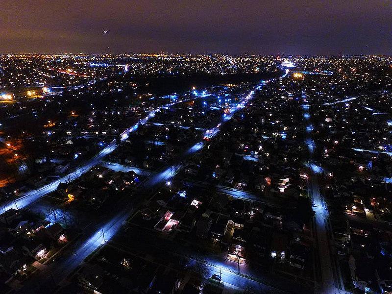 Miasto nocą z drona